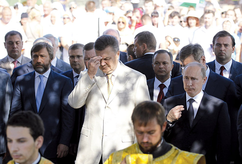 Vadim Novinsky (L) stands by then-President of Ukraine Viktor Yanukovych and Russian president Vladimir Putin during the ceremony of consecration of the St. Volodymyr bell tower in Sevastopol, Crimea, on July 28, 2013. (UNIAN)
